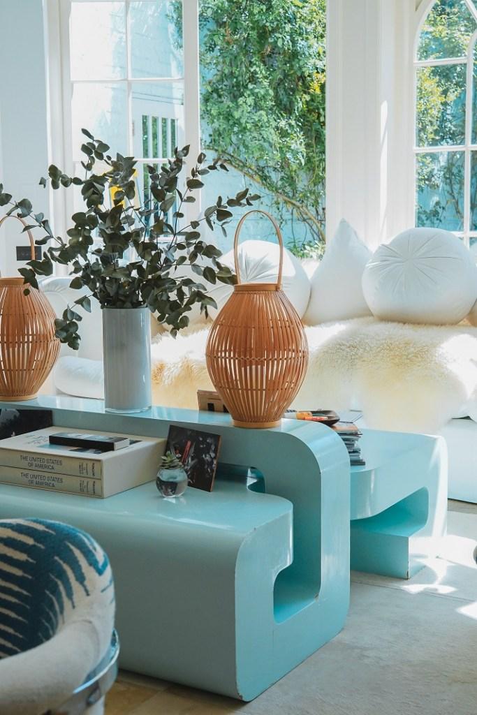 Progettare l'illuminazione di casa: luci puntuali decorative in questo soggiorno con tavolini in cemento azzurri