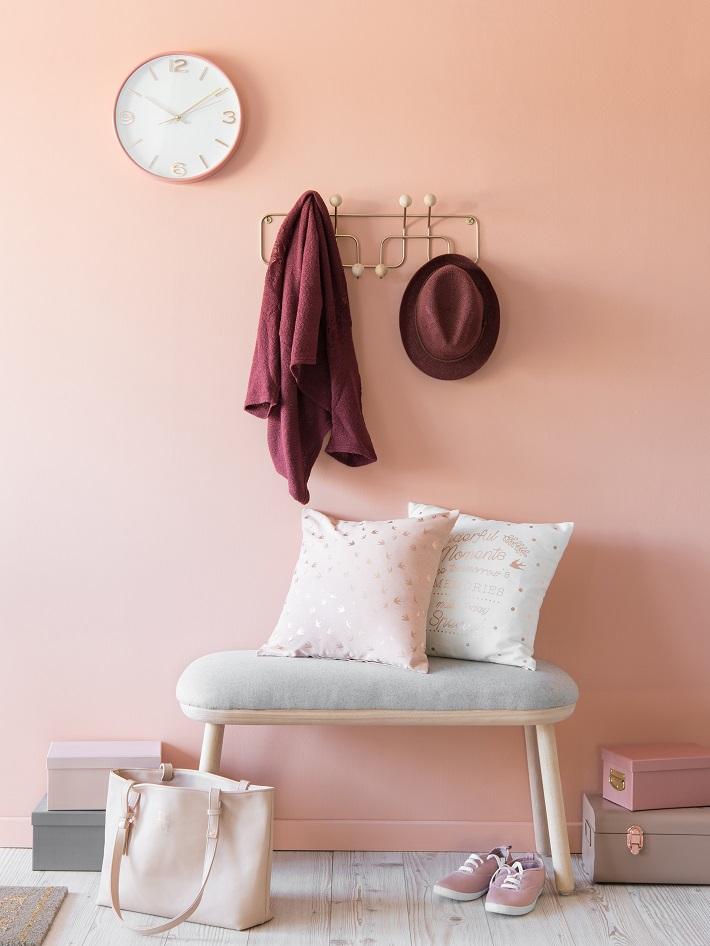 Idee arredo case piccole: un ingresso attrezzato con una panca in velluto e un appendiabiti da parete