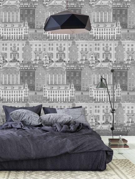 camera da letto con letto grigio in stile contemporaneo e carta da parati con edifici storici