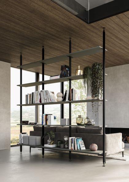 Libreria autoportante in ferro nero che divide la cucina dal soggiorno
