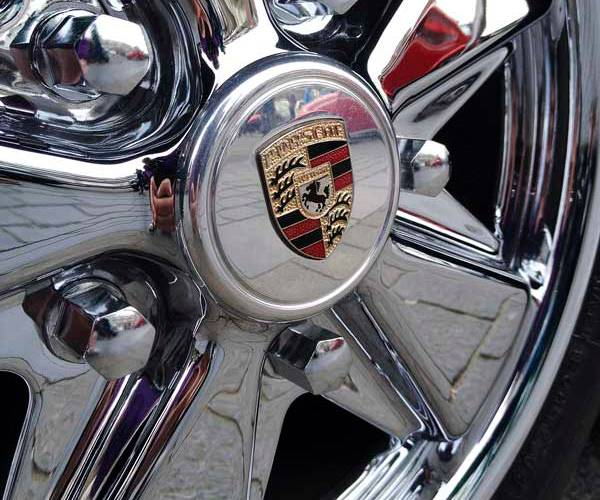 beautifully polished Porsche Fuch with detailed centre cap