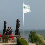 Drink koffie op het terras van Pampus, met uitzicht over het IJmeer.