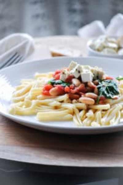 Vegan Tofu Feta with Tomato, Spinach, and White Bean Pasta https://www.veganblueberry.com