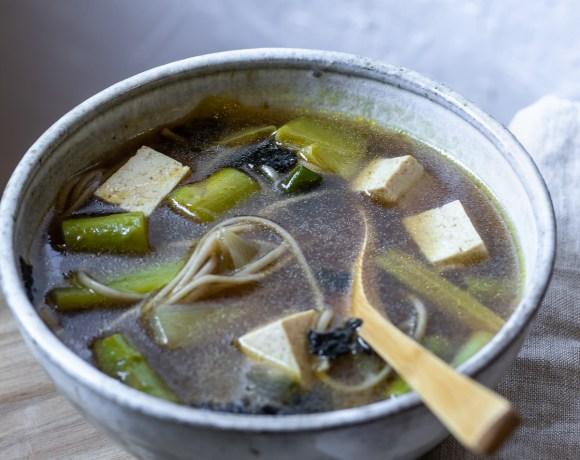 Rendre le tofu délicieux en quelques étapes - découper le tofu - soupe miso asperges et poireaux