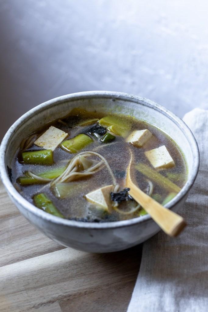 Le tofu peut être également utilisé nature dans une soupe. L'ayant pressé juste avant permet qu'il absorbe facilement les saveurs du miso.