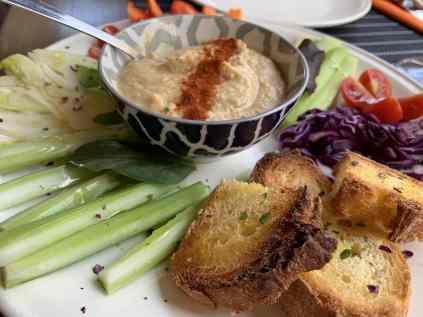 Hummus con pinzimonio e pane croccante