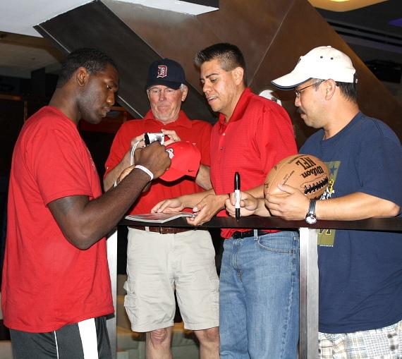 Greg Oden signing autographs for fans at The Sportsbook Bar & Grill at The Palazzo