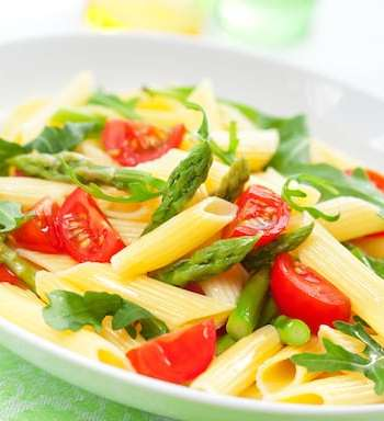 Pasta with asparagus, tomato and arugula