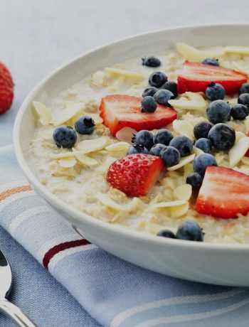 oatmeal with strawberries and blueberries