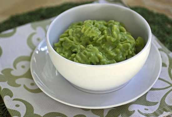 Green noodles with broccoli and green pea sauce