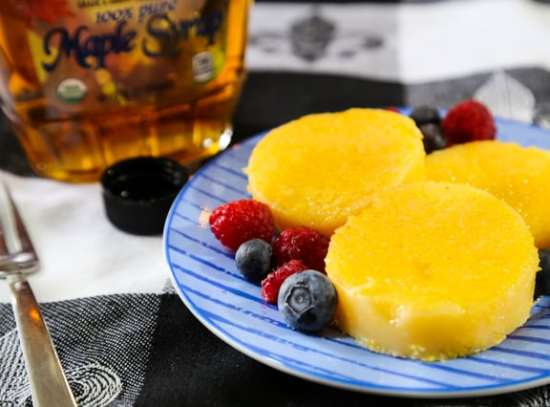 Tube polenta slices with syrup and fruit