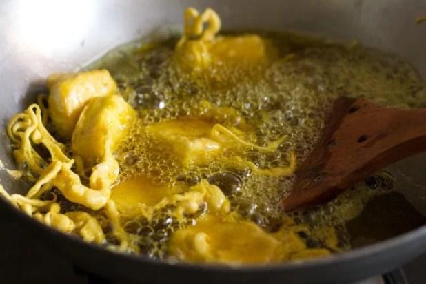 paneer pakora being fried in hot oil