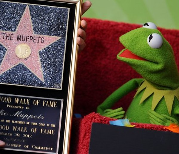 Kermit_the_frog_receives-the-star_HollywoodWalkofFameStar