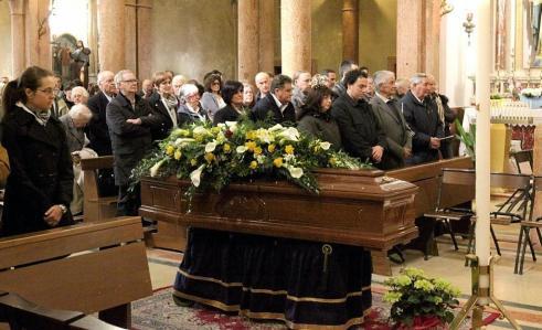 funerale benetti folla commossa