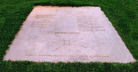 Monumento_Georgia_Guidestones_USA_-_tavola_esplicativa_(pulita)