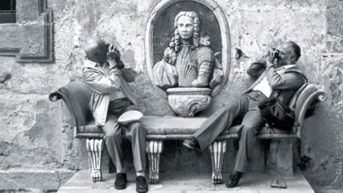 Sicilia. Paese di Bagheria. Il fotografo francese Henri Cartier-Bresson (sinistra) e il fotografo italiano Ferdinando Scianna.