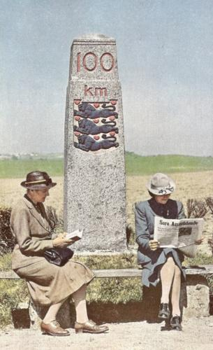 Læsende fruer foran100 km stenen ved Vemmelev