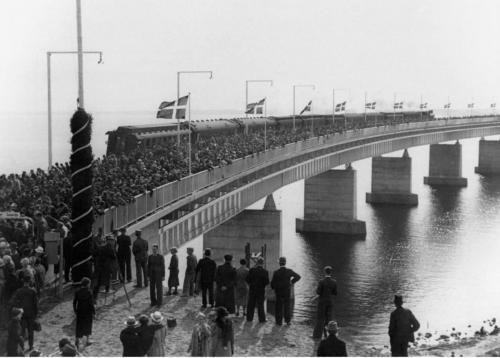 Første tog over Storstrømsbroen