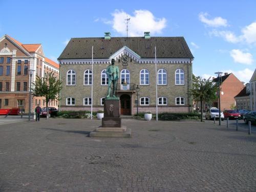 Torvet i Nykøbing Mors med Engelhardts 0 km sten