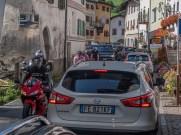 Sieht hier jemand Velofahrer? Das sommerliche Verkehrspuff in Santa Maria im Münstertal. | © 2018 Dominik Thali