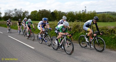 Lap 7: A small group make 20 seconds on the bunch.