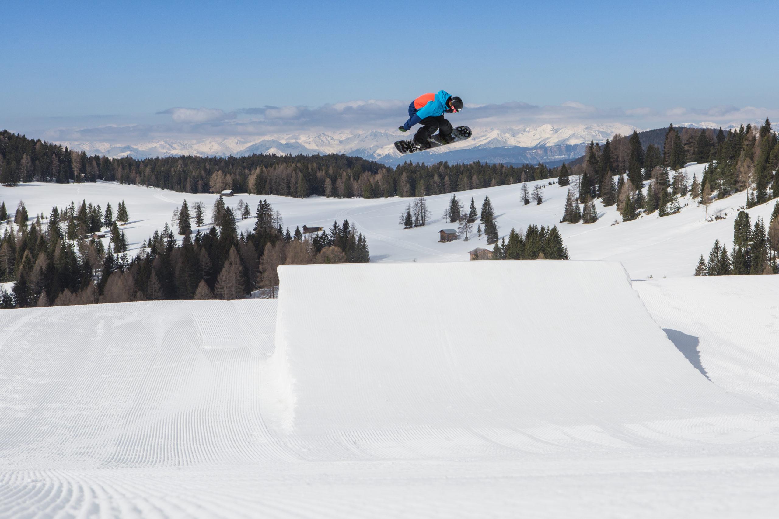 Snowpark-Carezza-Snowboarder-High-Jump-3