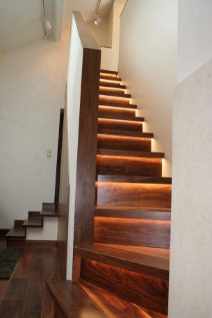 Treppe in Nussbaum mit LED