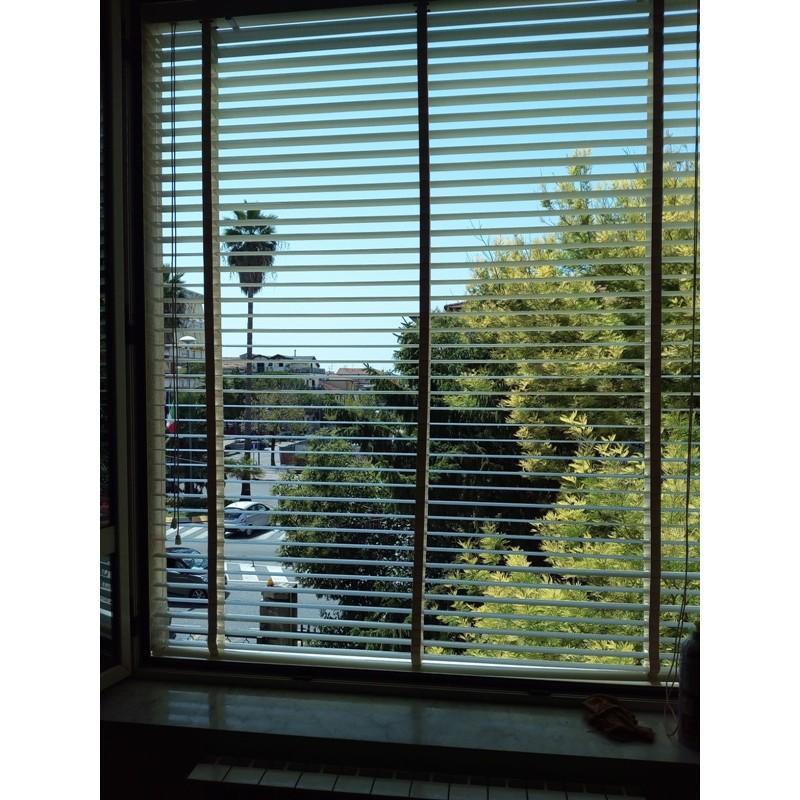 Tende veneziane personalizzate in alluminio simil legno per finestre e porte. Tende Veneziane Da Esterno Veneziane Su Misura