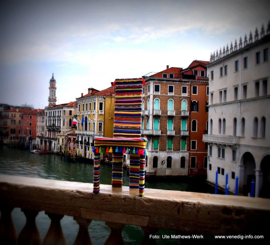 """Venedig, 29.04.2020, Ende der Ausgangssperre. Unterwegs mit dem ersten Stuhl """"Modell Corona""""."""