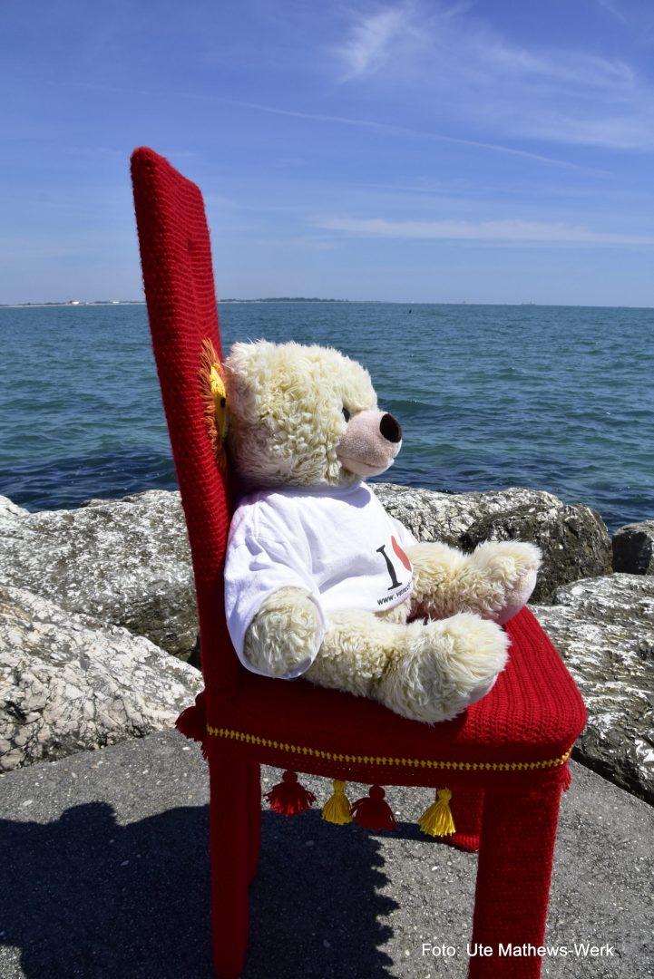 """Mit dem Stuhl """"Venezia"""" auf dem Lido. Teddy Luigi durfte auch mitkommen."""