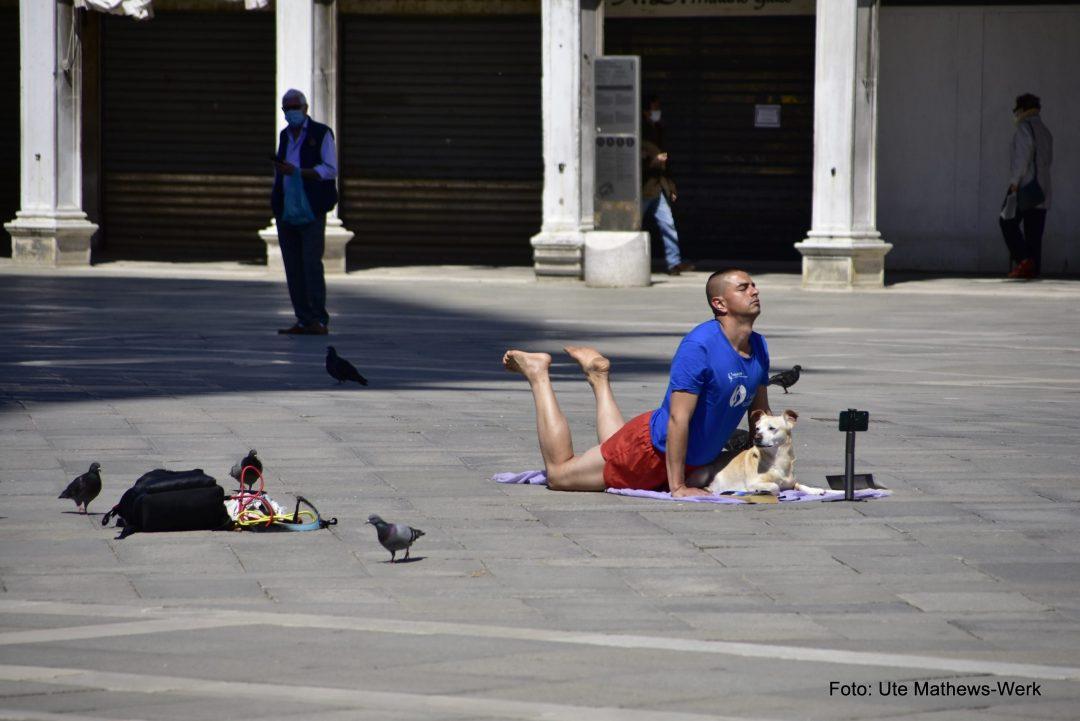 Yoga auf dem Markusplatz endet mit einer Verhaftung