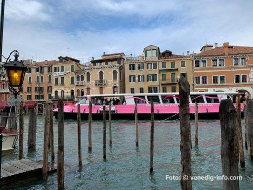 """Venedig: Vaporetto Rosa 2021 zum Weltmonat der Brustkrebsprävention """"Prävention ist Leben"""" steht an der Flanke des Vaporetto Rosa von Alilaguna, das heute, am8. Oktober kurz nach 11 Uhr von der Piazzale Roma zu seiner Jungfernfahrt über den Canal Grande zur Ca' Farsetti fuhr."""