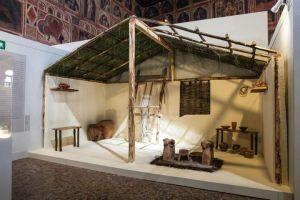 interno di casa paleoeneta, con l'immancabile telaio.