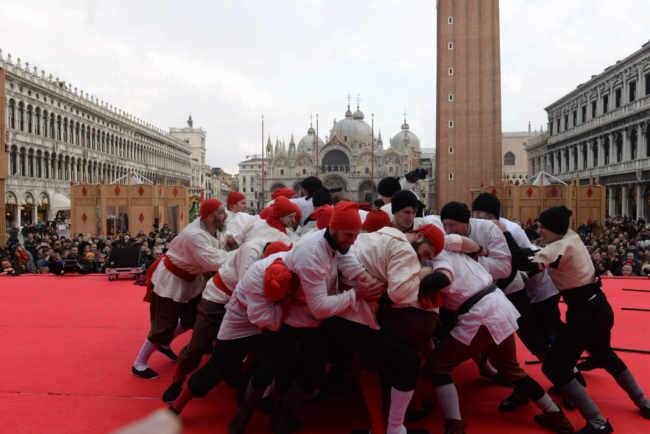Carnevale di Venezia: Signori della Notte accendono Piazza San Marco