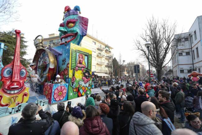 Bagno di folla per la sfilata di carri di Marghera