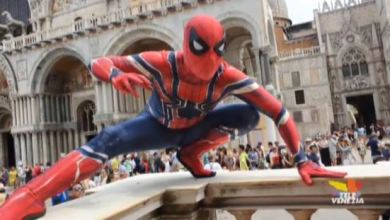 Photo of Il cosplay di Spider-Man tra le calli di Venezia
