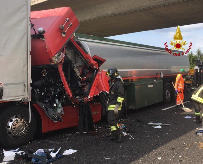Tamponamento tra mezzi pesanti in A4: un morto e un ferito