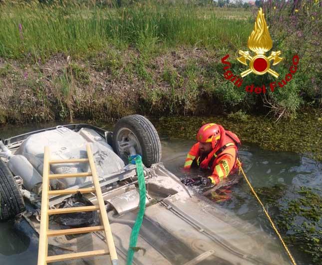 Jesolo, auto finisce nel canale: morta una donna