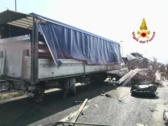 Passante di Mestre urto tra camion, cabina quasi divelta