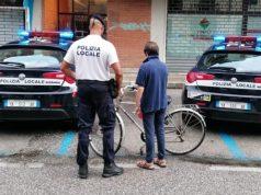 Ruba una bicicletta fuori dalla palestra: ladro inseguito e denunciato