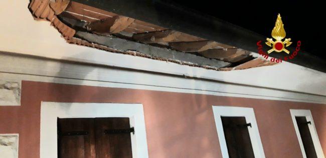 Si stacca un pezzo di cornicione: edificio evacuato