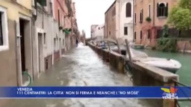 """Acqua alta a 111 cm: la città non si ferma e neanche i """"No Mose"""""""