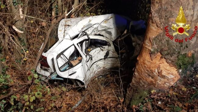 Ceggia: auto contro albero, muore un 43enne