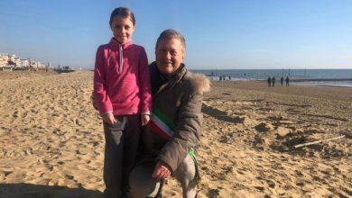Jesolo, bambina in vacanza decide di pulire la spiaggia - Televenezia