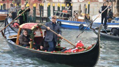 Aiuti a Venezia: Brugnaro voga in Canal Grande per ringraziare la città