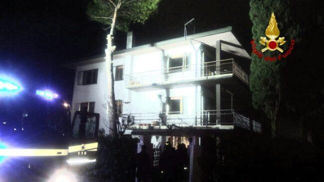 Olmo di Martellago: incendio in una casa, anziano salvato dai pompieri