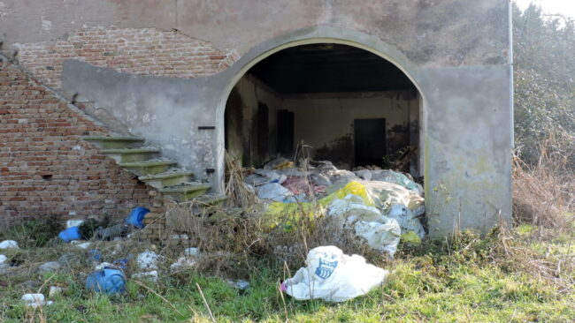 Discarica di rifiuti speciali sequestrata a Chioggia