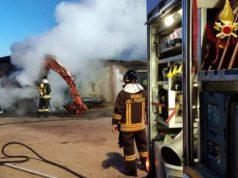 Pala meccanica a fuoco, l'incendio divampa in azienda