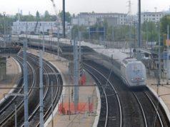 Anziano scende dal treno e si incammina lungo la linea ferroviaria