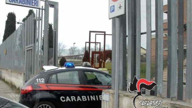 Mira, si barrica in casa per tagliarsi le vene: salvato dai carabinieri